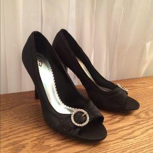 Windsor black heel size 8 with round gemstone